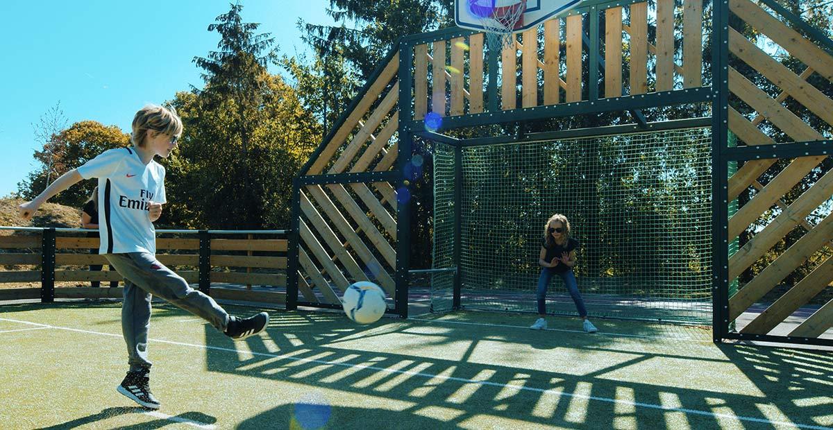 Tir-ballon-cage-agorespace-enfants-jouent