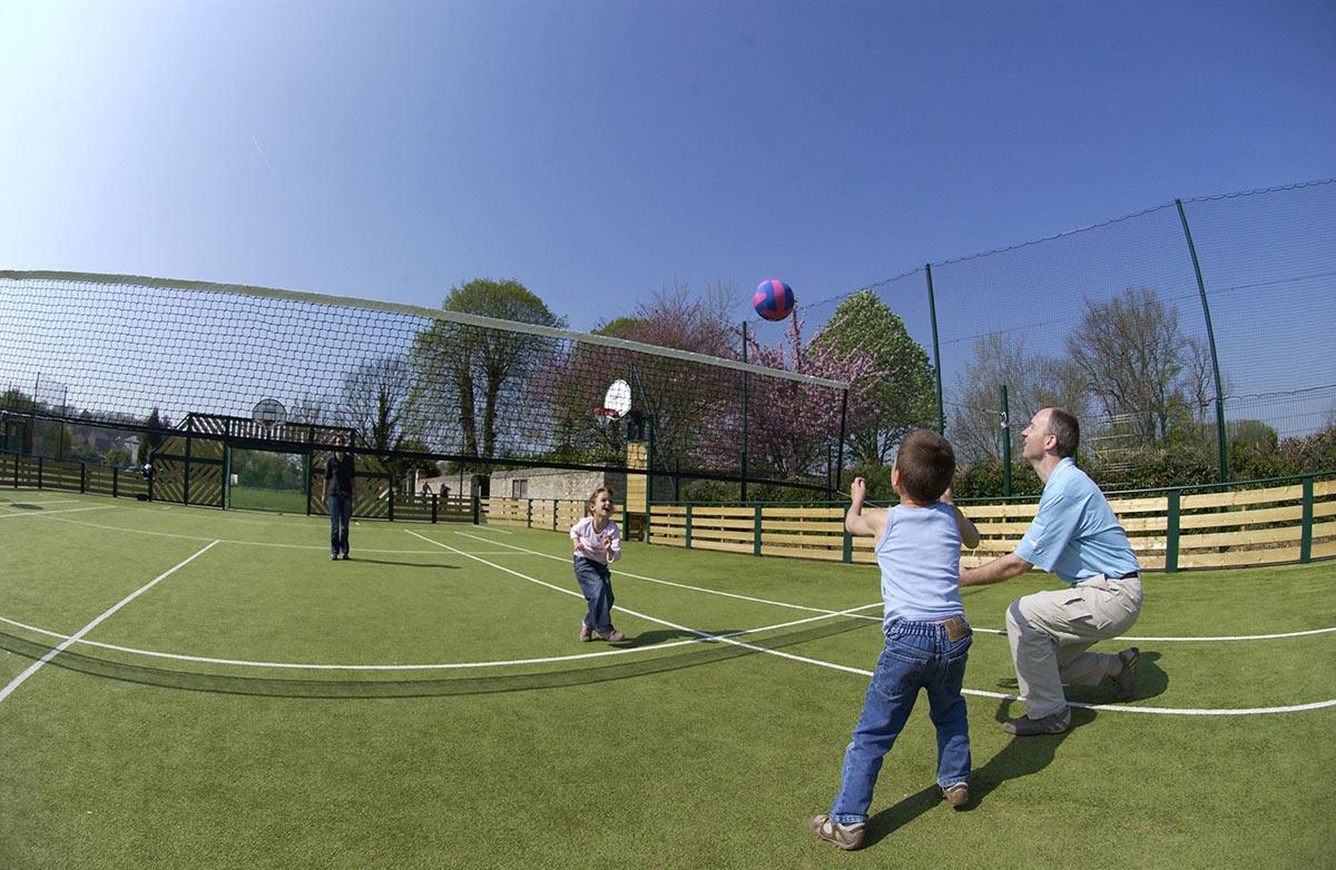 un-jeu-de-volley-avec-une-formation-pour-les-jeunes